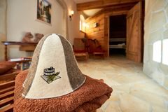 kuuroord, ontspanning en gezondheidszorg in houten saunaruimte Stock Foto