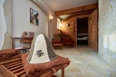 kuuroord, ontspanning en gezondheidszorg in houten saunaruimte Stock Afbeelding