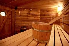 kuuroord, ontspanning en gezondheidszorg in houten saunaruimte Stock Fotografie