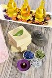 Kuuroord organische zeep, steen en kaars stock foto's