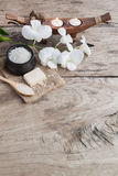 Kuuroord overzeese zout en orchidee op houten achtergrond, aardontspanning Stock Fotografie