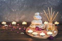 Kuuroord samenstelling-stenen, kaarsen, aromatherapy, droge bloemen royalty-vrije stock foto