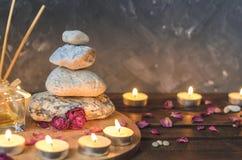 Kuuroord samenstelling-stenen, kaarsen, aromatherapy, droge bloemen royalty-vrije stock fotografie