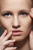 Kuuroord, skincare, samenstelling. Het gezicht van de vrouw met schone huid Stock Afbeelding