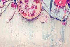 Kuuroord of wellness de hulpmiddelen met waterkom en drijvende orchidee bloeit op lichte sjofele elegante achtergrond, hoogste me Stock Foto