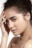 Kuuroord, wellness en zorg. Mooi donkerbruin vrouwenmodel met schone huid Stock Fotografie