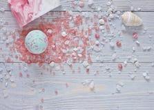 Kuuroordachtergrond met badbommen, aromatherapy zoute, met de hand gemaakte zeepbar en zeeschelpen Stock Fotografie