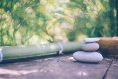 Kuuroordachtergrond met de handen van de vrouw en duidelijk water op een oude houten lijst Japanse stijl De eenvoud, Zen, ontspan royalty-vrije stock foto