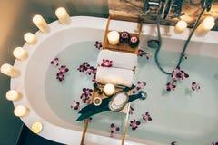 Kuuroordbad met bloemen, kaarsen en dienblad royalty-vrije stock afbeeldingen
