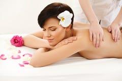 Kuuroordbehandeling. Mooie Vrouw die Stenenmassage in Kuuroordzout krijgen Royalty-vrije Stock Fotografie