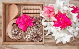 Kuuroordbehandelingen en massageproducten Badkamersbelevingswaarde, hoogste mening op een houten die lijst, met bloemen wordt ver royalty-vrije stock afbeelding