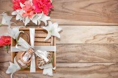 Kuuroordbehandelingen en massageproducten Badkamersbelevingswaarde, hoogste mening op een houten die lijst, met bloemen wordt ver stock afbeelding