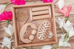 Kuuroordbehandelingen en massageproducten Badkamersbelevingswaarde, hoogste mening op een houten die lijst, met bloemen wordt ver stock fotografie