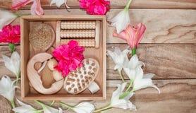 Kuuroordbehandelingen en massageproducten Badkamersbelevingswaarde, hoogste mening op een houten die lijst, met bloemen wordt ver stock foto's