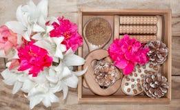 Kuuroordbehandelingen en massageproducten Badkamersbelevingswaarde, hoogste mening op een houten die lijst, met bloemen wordt ver royalty-vrije stock foto's