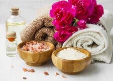 Kuuroordbloemen, handdoeken en het kuuroord van het bad het zoute stilleven plaatsen stock foto