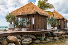 Kuuroordcabanas huttenuitwerpen uit op houten dek op het tropische paradijs van de eilandtoevlucht Royalty-vrije Stock Foto's