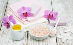 Kuuroordconcept met roze orchideeën royalty-vrije stock afbeeldingen