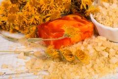 KUUROORDconcept: natuurlijk overzees zout met kruiden en bloemen, organische met de hand gemaakte zeep Stock Afbeeldingen