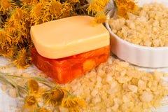 KUUROORDconcept: natuurlijk overzees zout met kruiden en bloemen, organische met de hand gemaakte zeep Royalty-vrije Stock Foto's