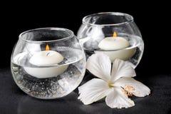Kuuroordconcept witte hibiscusbloem en kaarsen in vaas Stock Afbeeldingen