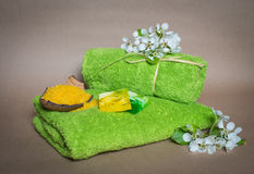 Kuuroordhanddoeken met bloemen, aromazeep en zout. Stock Afbeeldingen