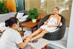Kuuroordlichaamsverzorging Close-up van een Young Woman Getting Spa Behandeling Vrouw in Salon Skincarebehandeling royalty-vrije stock foto's