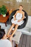 Kuuroordlichaamsverzorging Close-up van een Young Woman Getting Spa Behandeling Vrouw in Salon Skincarebehandeling stock foto's