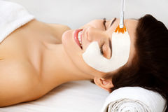 Kuuroordmasker. Vrouw in Kuuroordsalon. Gezichtsmasker. Gezichtsclay mask. Stock Foto's
