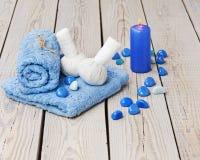 Kuuroordmassage die met Thaise kruidenkompreszegels plaatsen. Stock Fotografie