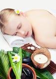 Kuuroordmassage met aromatherapy Mooie jonge vrouw die kuuroordmassage krijgen Hoogste mening stock foto's