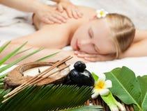 Kuuroordmassage met aromatherapy procedure Mooie jonge vrouw die kuuroordmassage krijgen royalty-vrije stock afbeelding