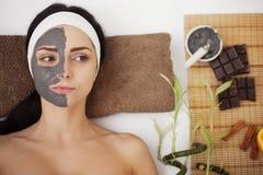 Kuuroordmassage voor jonge vrouw met gezichtsmasker op gezicht - binnen Royalty-vrije Stock Fotografie