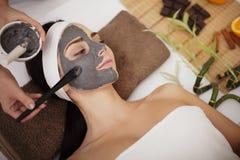 Kuuroordmassage voor jonge vrouw met gezichtsmasker op gezicht - binnen Royalty-vrije Stock Foto's