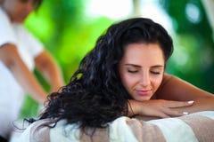 Kuuroordmassage voor Vrouw Therapeut Massaging Female Body met Arom Stock Afbeeldingen