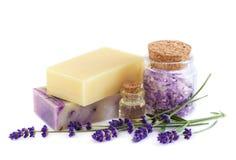Kuuroordproducten en lavendelbloemen op een witte achtergrond Royalty-vrije Stock Afbeelding