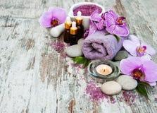 Kuuroordproducten met orchideeën stock foto's