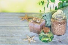 Kuuroordproducten voor gezichts en lichaamsverzorging Eigengemaakte zeep, natuurlijke oi stock foto's