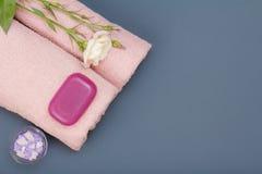 Kuuroordproducten voor gezichts en lichaamsverzorging Overzeese zout, zeep en handdoek stock afbeeldingen