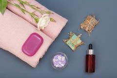 Kuuroordproducten voor gezichts en lichaamsverzorging Overzeese zoute, eigengemaakte zeep en handdoek royalty-vrije stock foto