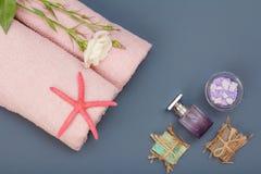 Kuuroordproducten voor gezichts en lichaamsverzorging Overzeese zoute, eigengemaakte zeep en handdoeken royalty-vrije stock afbeeldingen