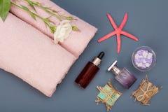Kuuroordproducten voor gezichts en lichaamsverzorging Overzeese zoute, eigengemaakte zeep en handdoeken royalty-vrije stock foto