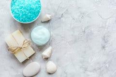 Kuuroordsamenstelling met blauwe zout en zeep op steen achtergrond hoogste meningsmodel stock afbeeldingen