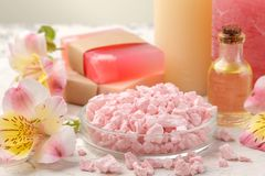 Kuuroordsamenstelling met overzees zout, aromaoliën en met de hand gemaakte zeep met bloemen Zeep, handdoek en bloemensneeuwklokj royalty-vrije stock foto
