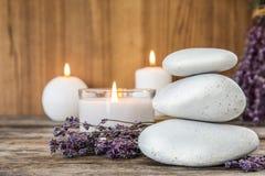 Kuuroordstenen met lavendelbloemen stock afbeeldingen