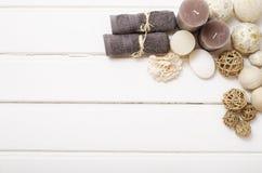 Kuuroordstilleven - een zeep en handdoeken op een houten achtergrond Stock Afbeelding
