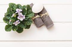 Kuuroordstilleven - een zeep en handdoeken op een houten achtergrond Stock Afbeeldingen