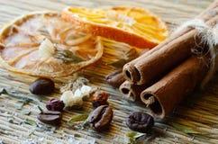 Kuuroordstilleven - kaneel, koffiebonen, zoute, droge sinaasappel, citroen Stock Foto