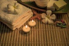 Kuuroordstilleven met aromatische kaarsen, witte bloem, zeep en towe Royalty-vrije Stock Afbeelding
