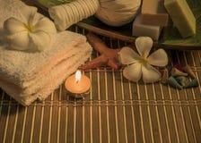Kuuroordstilleven met aromatische kaarsen, witte bloem, zeep en towe Royalty-vrije Stock Fotografie